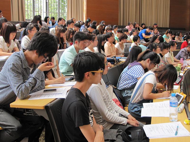 外国語を学ぶ大学生