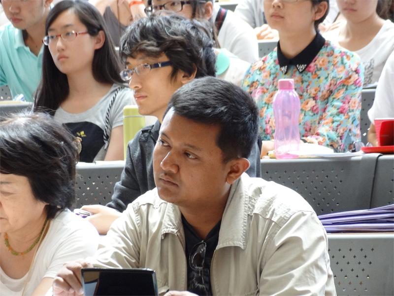 真剣な表情のミャンマー人学生