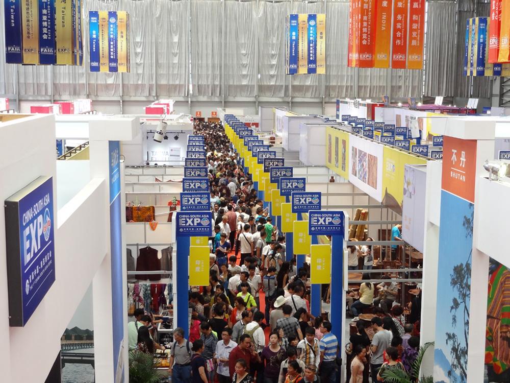 混雑する南アジア博覧会会場
